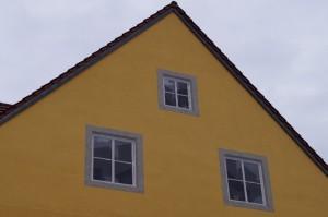 Kreative Idee zur Verschönerung kahler Hauswände. In dieser Wand befinden sich keine Fenster, wie man anfangs vermuten könnte, sondern eine dreidimensionale Wandmalerei.