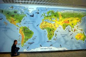 Innenwandmalerei einer Weltkarte.